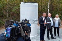 Vor der Enthüllung: Bürgermeister Frank Stumpf, Günter Wetzel und seine Lebensgefährtin