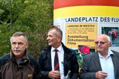 Museumsleiter Wolfgang Brügel, Bürgermeister Frank Stumpf und Günter Wetzel vor der Säule